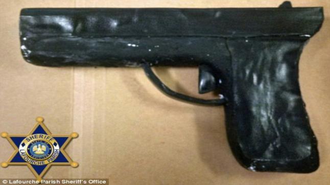 سجينان يصنعون مسدساً من الصابون ليهربا فيه من السجن