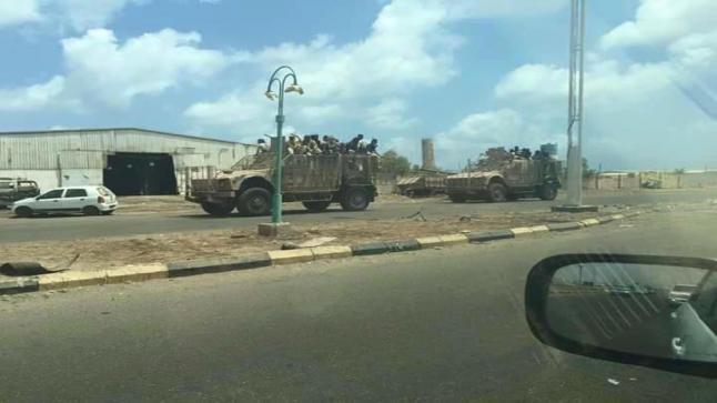 المقاومة في عدن تدفع بتعزيزات عسكرية إلى باب المندب