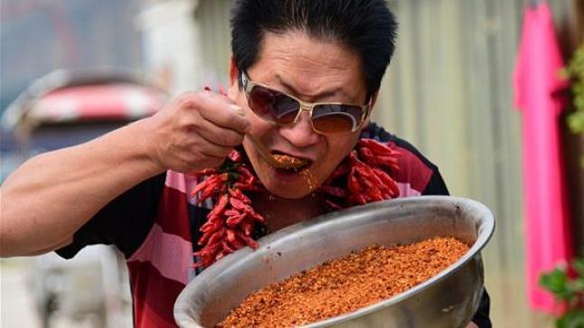 صيني يتناول كميات كبيرة من الفلفل الحار يومياً