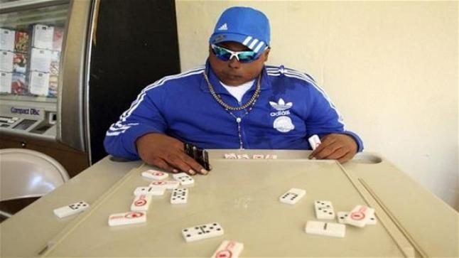 شاب ميت يلعب الدومينو قبل جنازة دفنه