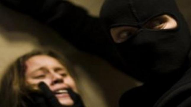 سائق يختطف طالبة ويغتصبها مع التصوير والتهديد