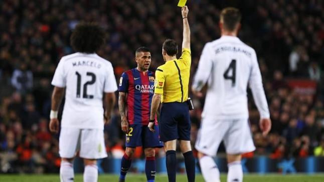 حكم الكلاسيكو يكشف عن ضغوطات لتسهيل فوز ريال مدريد على برشلونة