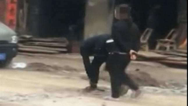 فيديو | صينية تجبر ابنها أن يمشي بالشارع وهو مقيد بالسلاسل