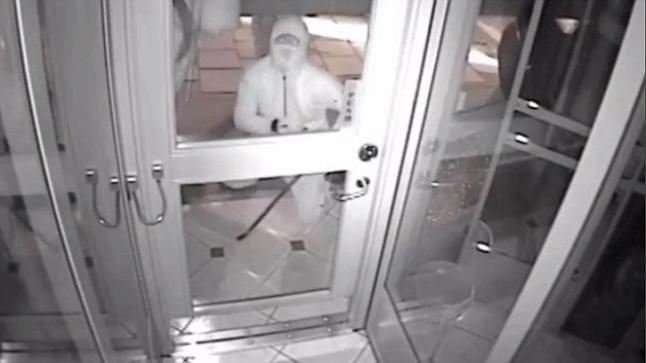 فيديو | 8 لصوص يفشلون بكسر زجاج باب متجر المجوهرات