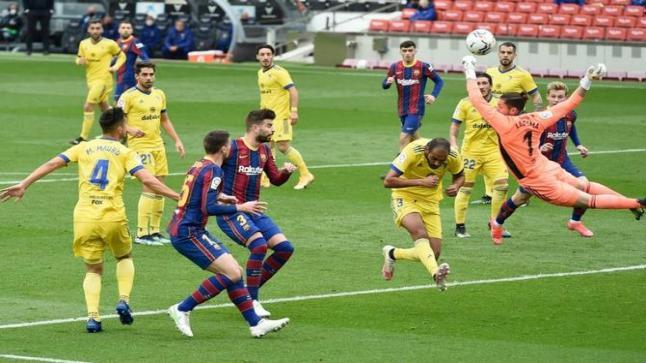 برشلونة يسقط أمام قادش ويبتعد عن المنافسىة على الليجا