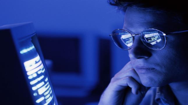 ما هو الضوء الأزرق ؟ وهل يسبب ضرر للعيون ؟